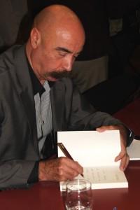 """Jean-Claude Kaufmann beim Signieren seines Buches """"Wenn ich ein anderer ist"""""""