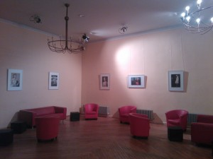 "Foto-Ausstellung ""Mode rétro : perspectives d'un projet jeunes"" (Modegruppe mit Gerolf Mosemann/ Foto: Fl. B.-L.)/ November 2013 im Foyer des Thalia Theaters"